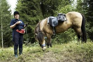 Födelsedagsfirande. Ulla Alvin fick ridturen i 70-årspresent av sina barn och barnbarn. – Det här är en mycket fin present, och min häst är en riktig pärla. Foto:Stina Rapp