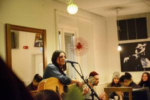 Här trollbinder Erika Andersson med gitarr och sång på årets första TGIO.