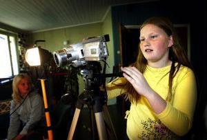 Fanny Löfqvist spelar in film när barnen i Bredsand visade upp vad de sysslat med i projektet Barnens megafon.