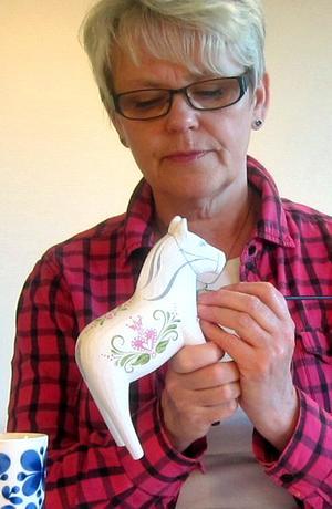 Dekorationsmålaren Åse Larsjos lägger sista handen vid hästen