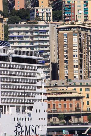 I Genoa, Italien har en kryssningsbåt (MSC Fantasia) smugit sig in bland alla hus...