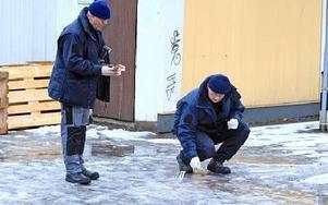 Brottsplatstekniker undersöker platsen bakom pizzerian på Ängsplan där 25-årige Andreas Södergren blev liggande.Han avled under transport till Falu lasarett. Obduktionen visar att dödsorsaken var ett knivstick i lungan.Foto: Johnny Fredborg