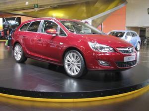 Opel Astra kombi är efterlängtad hos svenska bilköpare. I Paris stod den nya modellen med smarta lösningar med knappfällning av ryggstöden från bagageutrymmet samt bättre utrustning än föregångaren.Foto: Per-Olof Lönnroth