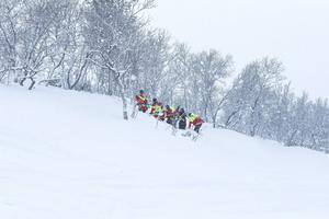 Fjällräddarna söker igenom en fjällsida efter människor som kan ha hamnat under snön efter en lavin.