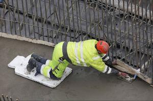 En polsk anläggningsarbetare murar plattan till turbinen.
