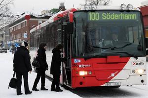 Buss 100 går varje halvtimme fram till klockan 21 på kvällen. Miljövänligt och billigare än bilen, tycker insändaren.