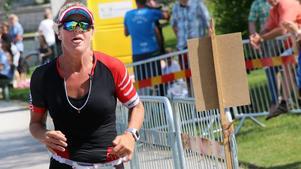 Emma Igelström mot mål i Örebro triathlon.