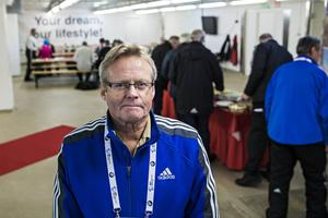 Det finns ungefär drygt 30 olika funktionärsgrupper som till exempel mat, ackrediteringsvakter, skjutvallen, sjukvård, antidoping och vallabodar. Tommy Söderström började som funktionär 2007. I dag är han ansvarig för alla funktionärer.   – Då var det en peak för det var VM 2008, sedan har det legat på ungefär 600 funktionärer. Det är lite omsättning, men inte jättemycket och de flesta är pensionärer, säger Tommy och önskar:   – Vi hade en nyrekryteringskampanj i somras och då kom det en del nya. Vi skulle önska lite ungdomar, men det kan vara svårt eftersom de jobbar eller går i skolan.