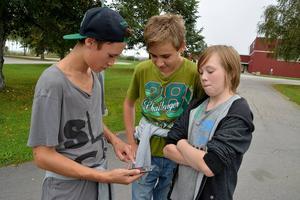 Simon Semb, William Ytteråker och Markus Uppling tycker att idrottslektionerna blir roligare när de får spela Turf, ett realtidsspel på mobiltelefonen.