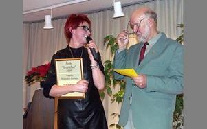 Rune Johansson presenterade årets gustafian, Annelie Rosendal Orrboes, vid en fest i Gustafs församlingshem i måndags.FOTO: ANNA ENBOM