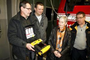 Livsviktig apparat. Margareta Lannhard- Sjöberg tog initiativ till att brandvärnet skulle få en hjärtstartare. På bilden syns även delar av räddningsstyrkan, Kjell Cedergren, Henrik Olsson och Peder Landin.