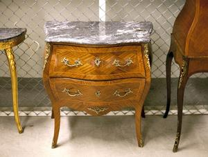 Fynd. En liten byrå i rokokostil från 1950-talet, en kopia av en 1760-talsbyrå, kostar runt 1 500 kronor i dag, vilket är billigt med tanke på hantverket.
