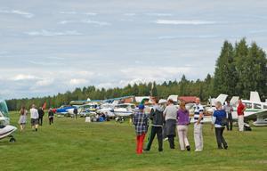 Besökare och flygare betraktade plan på marken och i luften.