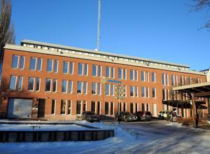 En man från Borlänge skulle ha hotat två poliser med snack om IS och att spränga bomber. Detta skulle ha skett vid polishuset på Wallintorget i Borlänge på Nationaldagen 2015. Själv förnekar mannen brott och har nu frikänts av Falu tingsrätt.