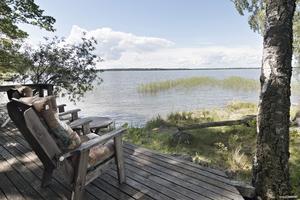 Somrigt på Almö-Lindö. Ett stort sommarhus med strandtomt på Almö-Lindö får många klick på Hemnet. Det ligger sexa på listan.