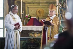 Lars Stenman, den nya kyrkoherden för Härjedalens Pastorat och Härnösands stifts biskop Eva Nordung Byström under mottagningen och högtiden på söndagen i Hede kyrka.