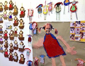 Solgårdens förskolebarn visar teckningar, verser och diverse annat som de gjort för att uppmärksamma att Pippi fyllt 70 år.