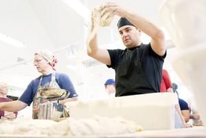 José Bjerkheden kämpar med den något bångstyriga rågdegen till det finsk/tyska surdegsbrödet som bakas för dagen.