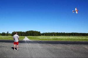 Östersunds modellflygklubb håller till vardags till på en gräsplätt på Optand.Till träffen hade man dock fått låna den asfalterade landningsbanan.