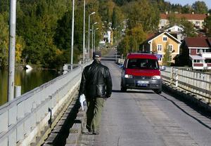 Byborna i Lit har länge kämpat för en ny bro och i går bjöd man in politiker för att visa hur viktig bron är för de kringboende. Foto: Jan Andersson