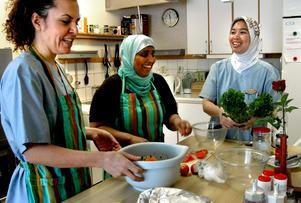 Glädjen i köket sprider sig bland både personal och boende på sjukhemmet Gillersgården när Mirfat Abraham, Bouchra Moukhlesse och Dewi Abdul-Gani lagar maten.