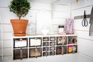 Ett praktiskt och dekorativt kryddskåp står på köksbänken.