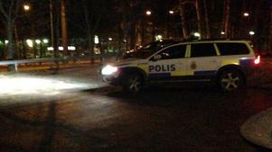 Polispatrull på spaning efter rånet i Brickeberg.