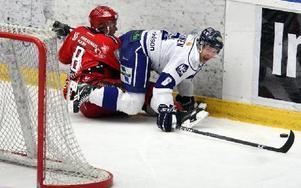 PÅ FALL. Leksands Antti Hulkkonen och Almtunas Joachim Gellerstedt i kamp om pucken.Foto: Johnny Fredborg