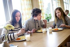 Linnea Dahllöf, Gabriel Lindgren och Maja Norman i årskurs åtta på Ängetskolan tycker att maten ofta passar deras smak – och när den inte gör det finns möjlighet att påverka menyn.