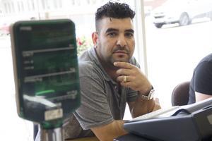 Motaz Abou Moghdeb slog upp portarna till sin butik  i måndags och upplever att han redan fått många kunder som kommer och handlar.
