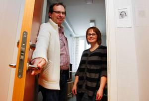 Ett av landets nio nystartskontor har öppnat i Strömsund. Susanne Hansson är projektledare på halvtid och Björn Bloom är anställd på heltid som så kallad vägledare på  nystartskontoret som ligger i Gröna skolan. Foto: Patrik Sjödin