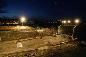 Den nya viadukten i Birsta började i natt att flyttas på plats under E4.