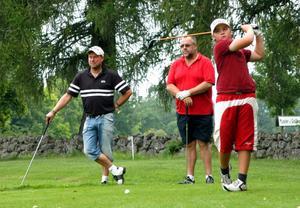 Alla ögon på bollen när Tobias Oskarsson slår ut vid Stjernfors golfbanas andra hål.