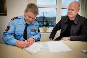 Här skriver Peter Nylind och Bob Wållberg under Nykvarns nya medborgarlöften.