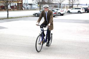 Lever som han lär. Den miljöpartistiske ministern Per Bolund cyklade mellan studiebesöken och pressträffen i Västerås. Cykeln hade han fått låna av Västerås stad. Han besökte företagen Carbomax och Mälarhamnar AB, men var främst i stan för att presentera sin regerings budget.