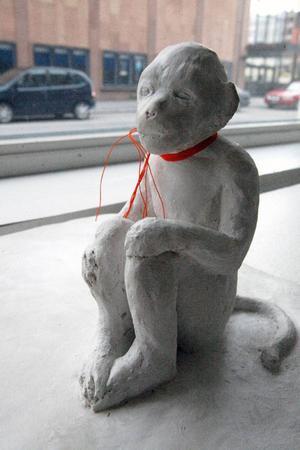 Bianca Maria Barmens estetik är sparsam och effektiv, men skapar också kaskader av känslor och tankar, skulpturer som borde finnas i varje väntrum i landet där folk sitter livrädda för besked av olika slag, finner vår recensent.Foto: Tomas Larsson