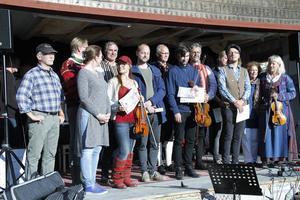 Johanna Karlsson, i röd keps, tillsammans med samtliga finalister i låt-SM.