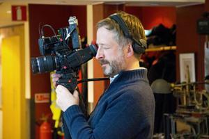 Filmaren Richard Gillespie från tv-kanalen Al Jazeera dokumenterade arbetet på Länstidningen och filmade medan ledarskribenten Tord Andersson berättade om sin rapportering kring fallet.