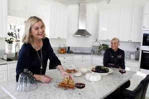 Åsa Haaga har bakat kakor. Hon är även en duktig kock enligt dottern Louise.