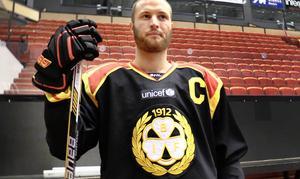 Dåvarande lagkaptenen Niclas Andersén poserade i den reklamfria tröjan när den lanserades 2014. Nu provar Niclas Andersén lyckan i NHL.
