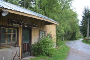 Slingrig skärgårdsväg förbi Simpnäs snickeri.