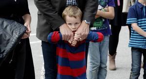 Oscar Gerdin som ska börja i förskoleklassen tyckte det kändes bra med pappas trygga händer.
