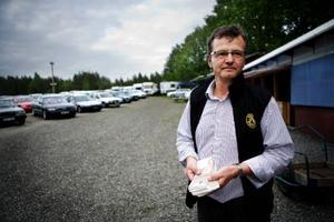 John Bok står med vinsten i händerna och blickar ut över spelområdet. Det är sjuttio volontärer som arbetar med bilbingon i Häggenås den här kvällen.