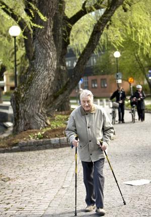 Skön promenad. Hans Johansson kopplar av med sina stavar.