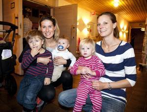 Sofia Lundgren med barnen Gustav Lundgren, 3,5 år, och Filip Lundgren, 7 månader, samt Johanna Lindström med dottern Elin Lindström, 17 månader, ville vara med och fira Torsångs församlingshem.