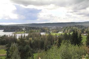 Det finns flera vackra vyer efter vägen. Här en vy ut över sjön Vägnan.