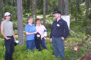 Jens och mamma Vivianne Pihlström samt mormor Viola Olsson i gallringsskog med Holmens Tony Carlsson.