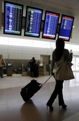 Om du flyger mycket kan det vara skönt att klämma ned all packning i en kabinväska och slippa checka in bagage.    Foto: Paul Sakuma/AP