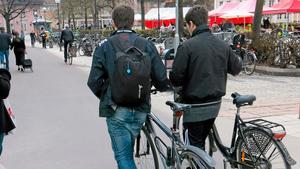 Vilken sida? Höger eller vänster när du leder cykeln?