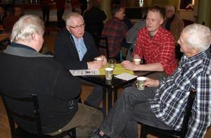 Gunnar Eriksson från Strand, Frans Strömgren från Havsnäs, Johan Hansson, skogsrådgivare på Norrskog och Reinar Sundin från Strand samtalar om stormskadorna.